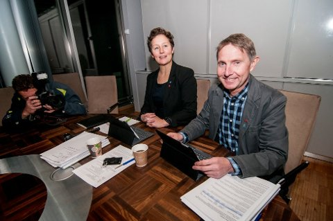JUSTERER KURS: Byrådet i Tromsø ville i utgangspunktet øke eiendomsskatten på boliger til 5,5 promille. Nå har de valgt å lande på fem promille. Her er byrådsleder Kristin Røymo (Ap) og finansbyråd Jens Ingvald Olsen (Rødt).