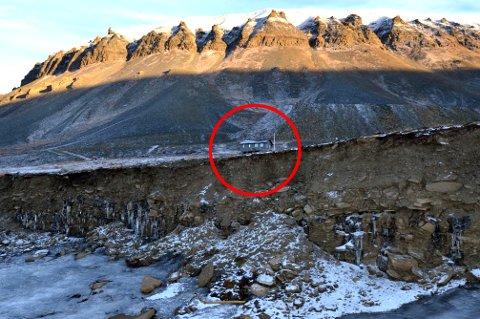 I FARE: Flere hytter står i fare som følge av omfattende erosjon i strandlinjen i Bjørndalen på Svalbard.