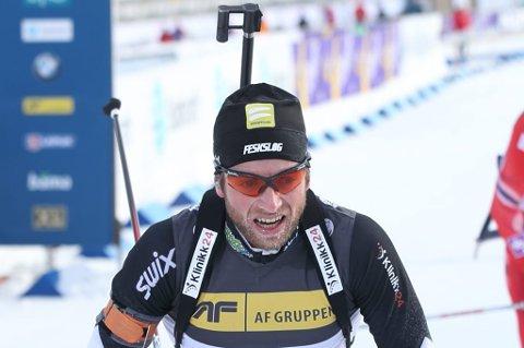 Alexander Os går så snøføyka står i skisporet, men med fem bom på jaktstarten i IBU-cupen søndag falt han fra en andre- til en fjerdeplass. Spørsmålet er hva den skytingen betyr for verdenscuputtaket søndag.