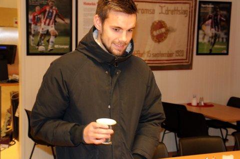 Remi Johansen på vei inn i samtale med TILs sportssjef Svein-Morten Johansen mandag ettermiddag.