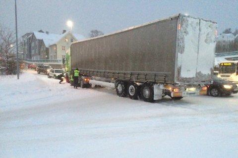 POLITIET PÅ PLASS: Klokka 11.26 sto traileren i rundkjøringa i Hansjordnesbukta. Politiet var på plass.