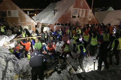 Longyearbyen  20151219. Hjelpemannskaper jobber i området der et snøskredet har truffet flere hus i Longyearbyen. Det er uklart om noen personer er tatt. Folk bes melde seg med spader. Foto: Tipser / NTB scanpix