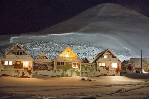 Longyearbyen  20151220. Husene i Nybyen i Longyearbyen er evakuert etter at det gikk et stort snøras. Det er fare for nye ras fra fjellet i bakgrunnen som heter Sukkertoppen. Foto: Tore Meek / NTB scanpix