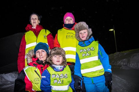 SAMMEN: Hele familien ble evakuert da skredet gikk. - Det å være sammen er det som betyr noe, sier mamma Anne Margrethe Kleczka. Emma (4), Isak (6) og Andreas (13) måtte forlate hjemmet i hui og hast. – Jeg fikk bare med meg telefonen og mobilladeren, forteller Andreas. Mormor Gerd Kleczka kom reisende til Svalbard lørdag kveld, og slapp heldigvis unna selve skredet.