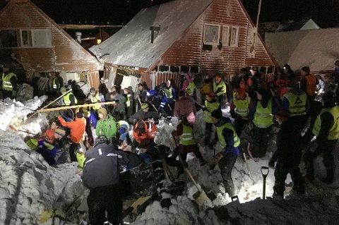 FRIVILLIGE: Hundrevis av beboere i Longyearbyen grep etter hodelykt og spade for å hjelpe til etter skredet.