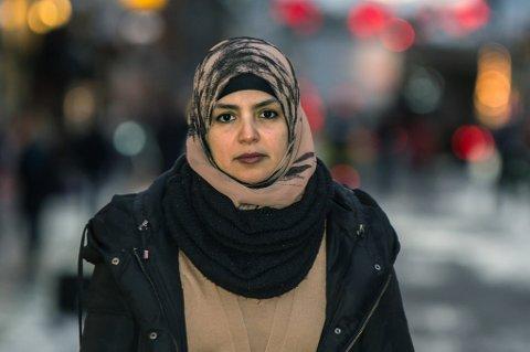 SKJELT UT PÅ GATA: Hakima Mabrour har flere ganger opplevd at folk roper skjellsord etter henne på gata. - Jeg synes det er viktig at noen tør å si ifra hvor ille det er og hvordan det føles for oss, sier hun. Foto: Daniel Skog