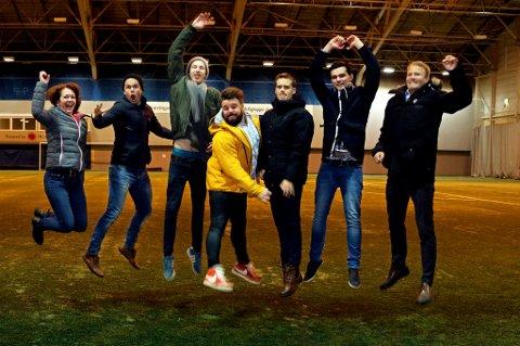 The Ribbz, Kirkens Bymisjon og Sparebanken Nord-Norge åpner dørene i Skarphallen for alle barn 29. desember – for lek, moro, musikk, dans og fotball. F.v. Vibeke Olsen (Bymisjonen), Alexander Samuelsen, Kristoffer Lockert (DJ), Christian Justad Tønsvoll, Ola Rismo, Simen Johansen og Lars Nymo Trulsen (Sparebanken Nord-Norge).