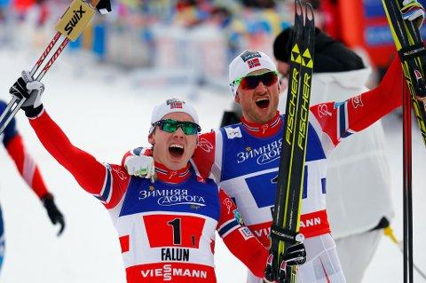 Så glade var Finn Hågen Krogh og Petter Northug jr. da duoen kunne juble for et helt overlegent norsk VM-gull.