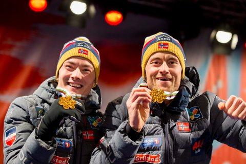 GULLKAMERATER: Finn-Hågen Korgh (t.v) og Petter Northug jr. tok gull på lagsprinten. Altagutten mener Northug er favoritt foran 15 kilometeren onsdag.
