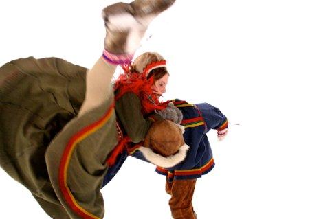 """SAMISK SCENEKUNSt: Elle Sofe Henriksens danseforestilling """"Duoddará duohken lea soames (The wind whisphers there is someone behind the tundra)"""" skal vises på Scandinavian House i New York, som en del av den to dager lange urfolkfestivalen i mai."""
