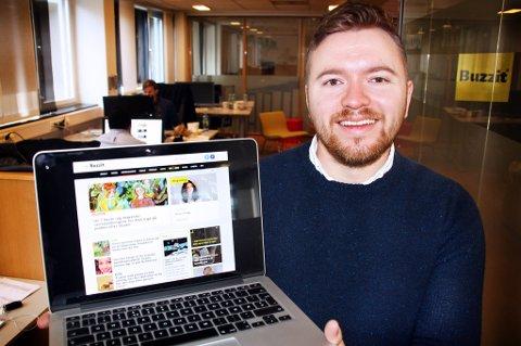 Buzzit-redaktør Dan Granath viser fram den nye Buzzit-siden, hvor de også har med nysatsingen Blogionaire. Foto: Stian Saur