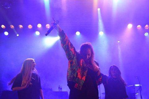 PUBLIKUM PÅ SCENNEN: Izabell (i midten) inviterte to publikummere opp på scenen for å danse med henne.