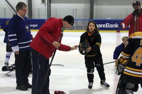 MÅ AVSLUTTE TRENERFORHOLD: Styreleder Arild Hausberg (t.v) i Tromsø Hockey beklager at klubben må avslutte ansettelsesforholdet til trener Marcus Norell. Her med Geir Storjord (midten) fra Smushkin Hockey Camp.