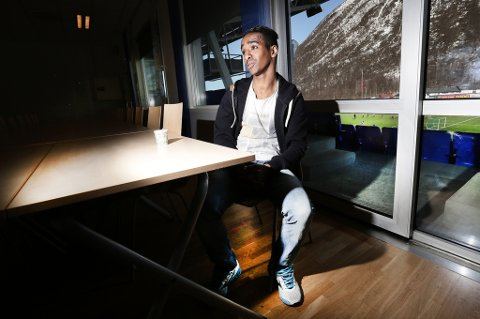 Mohammed Ahamed Jama i sitt fotballhjem, TUIL Arena. 29-åringen mistet i fjor høst sin lillesøster etter en tragisk boligbrann i Kroken i Tromsø. Nå forteller han om opplevelsen, og hvordan han sammen med gode venner og familie takler sorgen. Søsteren Leyla ble bare 25 år gammel, og etterlot seg to små barn – som «Mo» nå sier han ser på som sine egne barn.