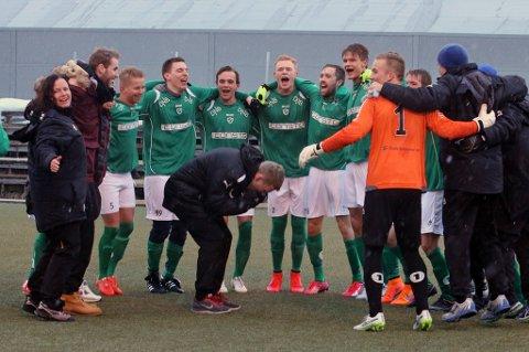CUPJUBEL: Fløya-spillerne jublet etter å ha sendt Alta ut av cupen onsdag. Belønningen er Rosenborg i neste runde.