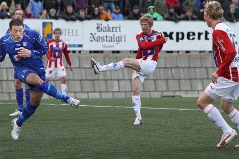 SCORET SIST: Thomas Drage setter her inn TILs tredje mål i 3-0-seieren mot FK Senja i cupen i 2011. Nå møtes lagene igjen.