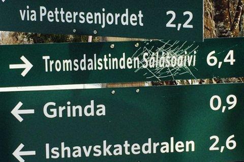 VANDALISERT: Dette skiltet i Tromsdalen ble vandalisert rundt påsketider. Torsdag skal ordføreren henge opp nytt skilt.