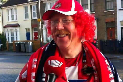 Slik er man vant til å se Trond Grimstad, og slik kommer man også til å se 53-åringen på TILs bortekamper i 2015. Han ble kreftoperert akkurat i tide, og er nå symptomfri – og takker TIL for stor støtte og positive meldinger. Her er Trond utenfor White Hart Lane før Europa League-kampen mot Tottenham i 2013.