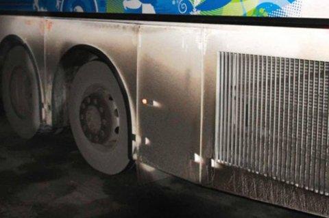 ØDELAGTE FJÆRINGSSYSTEMER: To av Torghatten Buss sine busser fikk ødelagt fjæringene da de traff et stygt hull i E6 i mars. Nå ber de om erstatning.