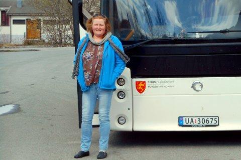 ET SLIT: Trine Kaasen foran bussen i Kvænangen.