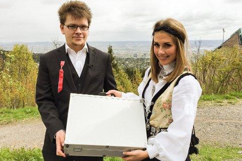 PENGER OG TONE: Tony Simonsen fikk en koffert full av penger av Betsson-ambassadør Tone Damli Aaberge i Holmenkollen i Oslo i ettermiddag.