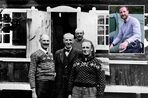 MAI 1940: Kong Haakon og (da) kronprins Olav med kongens venn - Johan Anker ( i midten) og sjefen for Kongens adjutantstab - oberst Oswald Nordlie  (bak)  foran hytta Trangen i mai 1940. Nå skal Kong Haakons oldebarn, kronprins  Haakon Magnus, besøke hytta oldefaren og bestefaten bodde i etter krigsutbruddet i 1940.