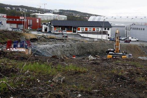 GRAVES UT: Det graves ut kraftig på Sullands Eiendom og interveien som skal gå til venstre på bildet, blir atskillig høyere i terrenget. Derfor lanseres nå planen om en gigantisk støttemur mellom intervei og eiendommen på vestsida.