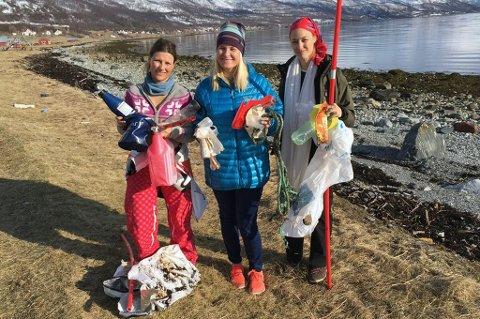 Her er Märtha Louise, kronprinsesse Mette-Marit og den italienske aristokratpikenBeatrice Borromeo på stranden i Kåfjord og rydder. Foto: Beatrice Borromeo/Twitter