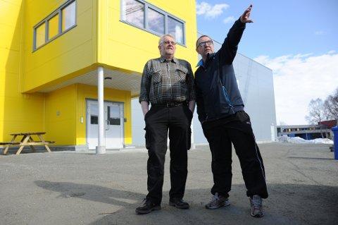Jens-Olav Løvlid (t.v) og Storsteinnes IL har store utfordringer med å håndtere renteutgiftene i påvente av tippemilder. Etterslepet, som vokser og vokser, skapet trøbbel for norske idrettslag.