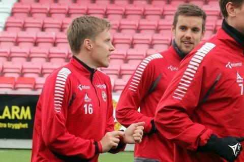 Remi Johansen i samtale med en besøkende Ruben Yttergård Jenssen under onsdagens TIL-trening på Alfheim.