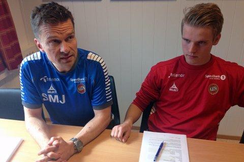 NY KONTRAKT: Mikael Norø Ingebrigtsen (t.h) er enig om ny kontrakt med TIL og sportssjef Svein-Morten Johansen (t.v).