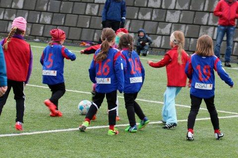 ILLUSTRASJONSFOTO: Fotballen i Troms aktiviserer mange barn og unge. Men for flere foreldre og foresatte blir kostnadene for store, både i rene kroner og dugnadskrav, som gjør at barn og unge slutter ufrivillig. Spillerne på bildet har ingenting med saken å gjøre.