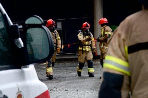 VERNEDRAKTER: Brannmannskaper foretok målinger av nitrogennivået i bakgården hvor lekkasjen oppsto.
