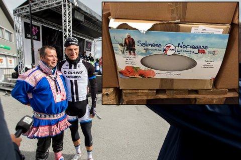MENER SEG MISBRUKT: Mikkel Isak Eira (til venstre), her sammen med syklist Marcel Kittel i forbindelse med Arctic Race of Norway, mener seg misbrukt i den italienske reklamen for norsk røkelaks (innfelt).