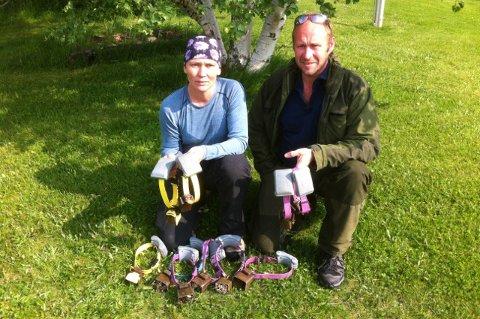 TRIST: Jim-Gunnar Fosshaug og Laila Merthe Myrhaug med radiomerking og bjeller fra de drepte sauene.