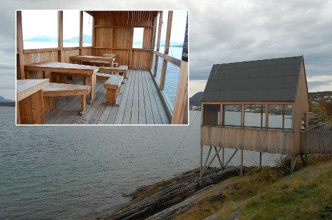 FESTLOKALE: Dette sjø- og vindhuset på Stien Langs Sjøen benyttes som festlokale av ungdommer som ikke rydder etter seg.