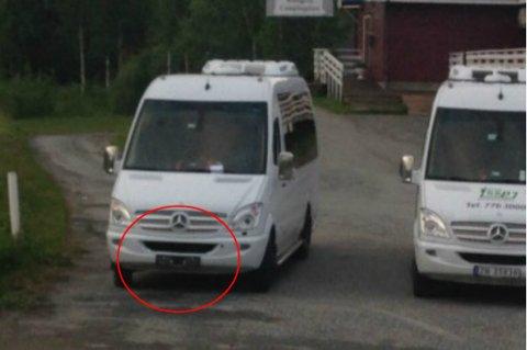 AVSKILTET: En av minibussene til Stein Sørensen Persontransport står avskiltet på Finnsnes.