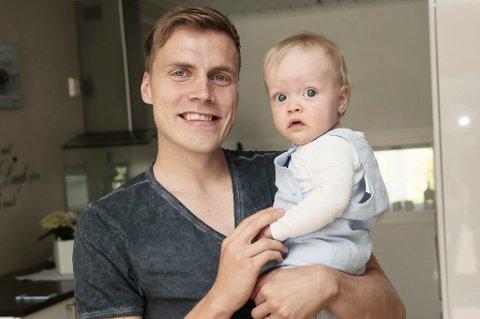 Ruben Yttergård Jenssen på ferie hjemme i Tromsø tidligere i sommer, sammen med sønnen Leonard. Familien er tilbake i Tyskland, der det fredag kveld er klart for seriestart.