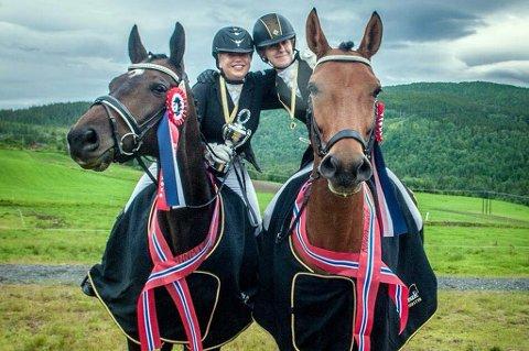 Tone Wiik (t.v.) på hesten Flying Caprinio og Johanne Grindstein på hesten Injoy etter å ha hentet hjem NNM-gullet i dressur for lag.