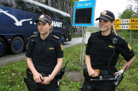 SAKTERE: Her går farta betydelig ned, kan politibetjentene Kathrin Dale (t.v.) og Line Wanvik konstatere.