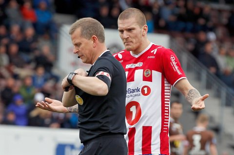 TILs Zdenek Ondrasek er ikke fornøyd med dommer Trygve Kjensli i eliteseriekampen i fotball mellom Mjøndalen og Tromsø i Mjøndalen.