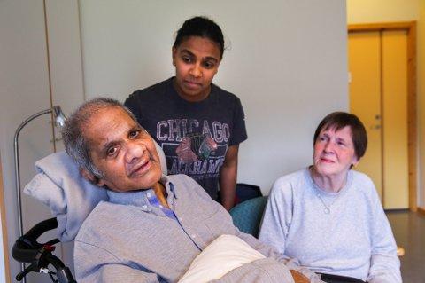 PÅ BESØK: Familien besøker faren på sykehjemmet hver dag. Hadde de kunne velge, ville de tatt ham med hjem. Foto: Yngve Olsen Sæbbe.