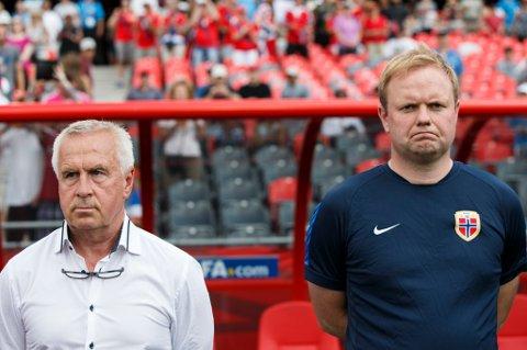 Even Pellerud og Roger Finjord før åttedelsfinalen mot England i VM i Canada nylig. Pellerud har valgt å gå av, og Finjord tar nå over som hovedtrener for kvinnenes A-landslags i fotball.