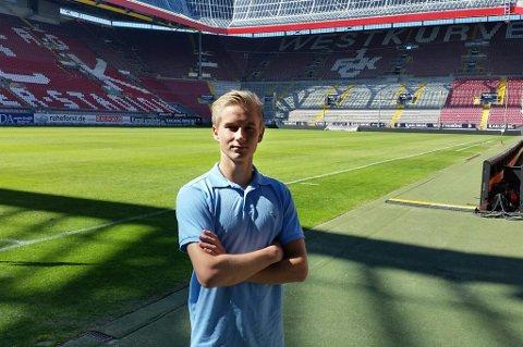 Brian Stangnes Kjeldsberg inne på stadion til Kaiserslautern. 17-åringen som i sommer tok steget fra TIL og NTG i Tromsø scoret i sin aller første kamp for sin nye klubb.