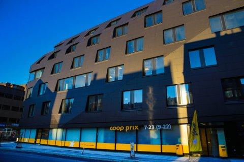 Kystens Hus i Tromsø med COOP Prix i gult... Foto: Yngve Olsen Sæbbe