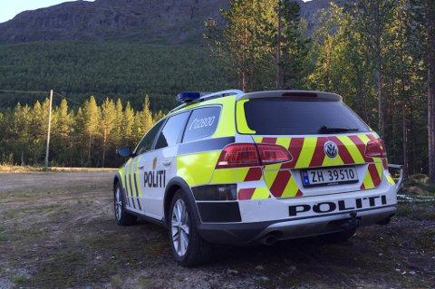 RYKKET UT: En politibil står parkert ved Svartfossen ved inngangen til Reisadalen lørdag kveld. Foto: Jens Kristian Nilsen.