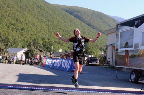 LYKKELIG AVSLUTNING: Hilde Aders hoppet av glede da hun passerte målstreken. 50 kilometer i stekende sol tok på for Aders, som vant dameklassen suveren i Tromsø Ultra.