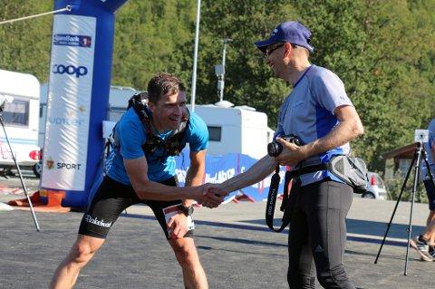REKORDGLEDE: MSM-general Nils I. Hætta (t.h) gleder seg over økt vekst for Tromsø Mountain Challenge. Her med Halvultra-vinner Rune Morten Johansen.