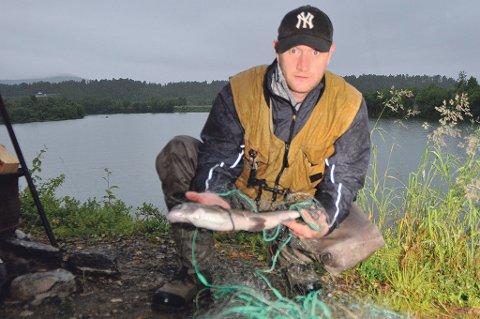 Grunneier Bård Even Rognli trodde først ikke på det da han fikk tipset om garnlenka i elva. Foto: Gjermund Nilsen/Nye Troms.