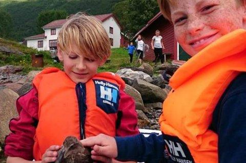 HELTER: Petter Colin Sørensen (t.v.) og Konrad Nordgård Berger berget en andunge som satt fast i en fiskekrok tirsdag.